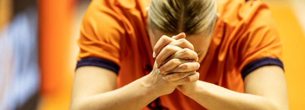 14112020 SLOW NED Natalie van den Adel bidt.jpg