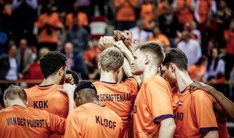 2020 Orange Lions M huddle Schaftenaars.jpg