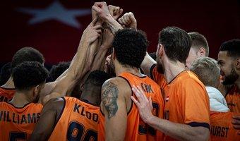 27112020 NED ZWE Orange Lions huddle.jpg