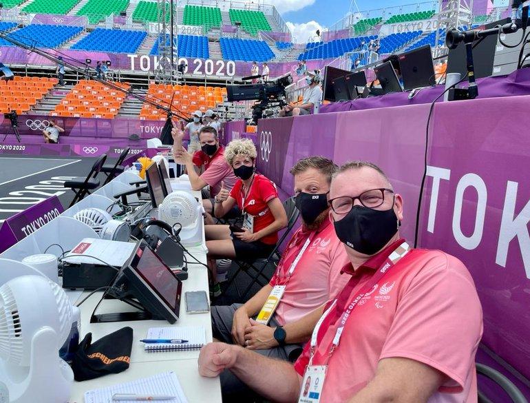 3x3 Tokyo officials achter tafel.jpeg