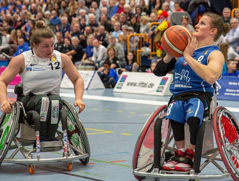 Jitske Visser rolstoel actie Thuringia Bulls.jpg