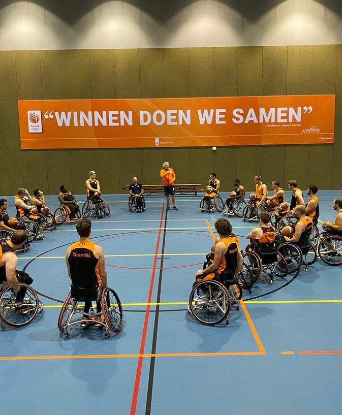 Orange Lions rolstoel mannen .jpeg
